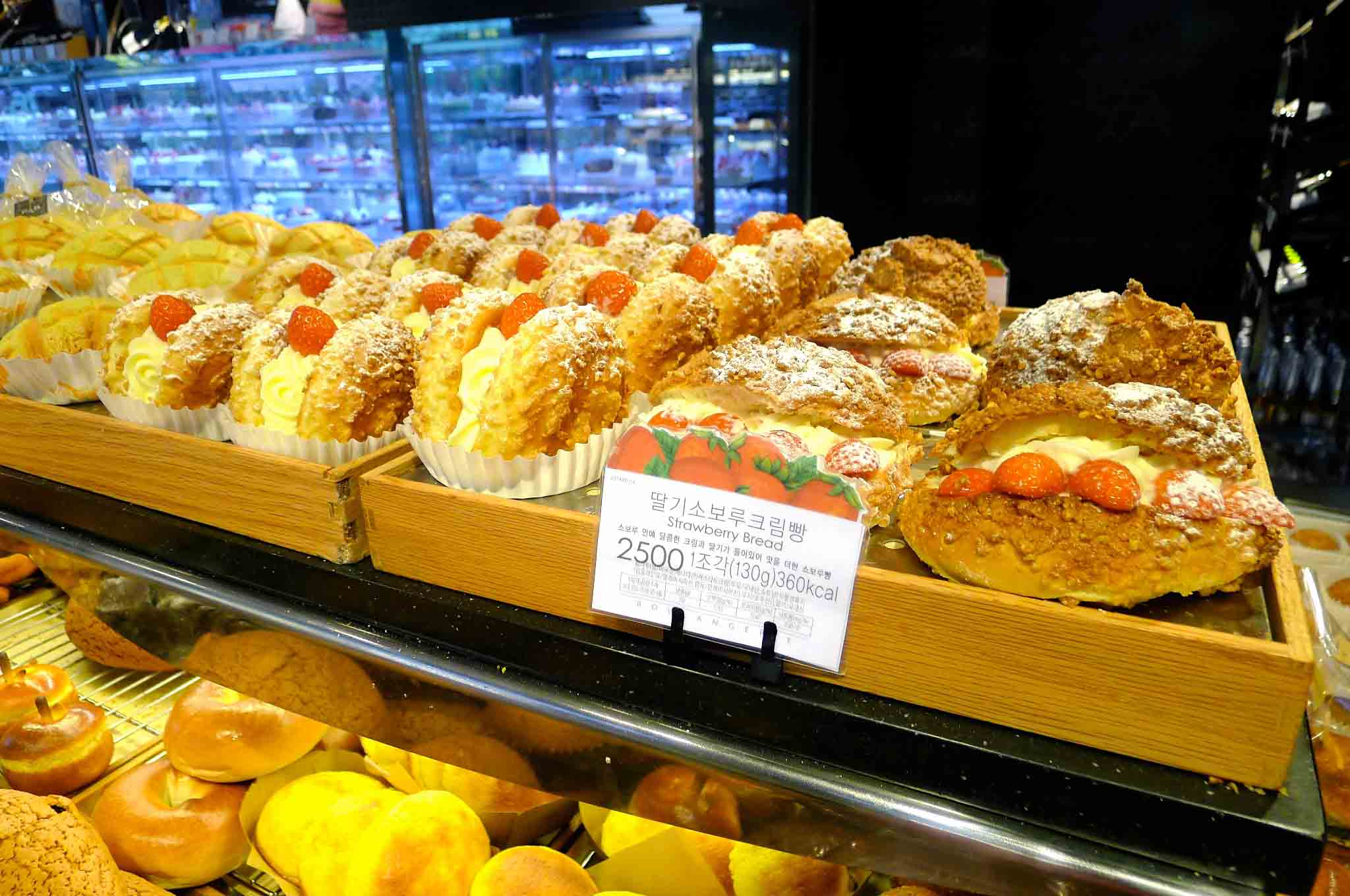 (Seoul) 首尔的秋天~Paris Baguette 面包店 ~ 好好吃的Strawberry Bread