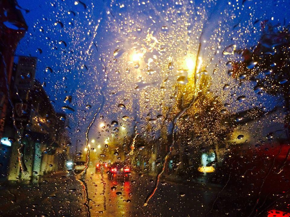 温暖时光:车厢前的雨景