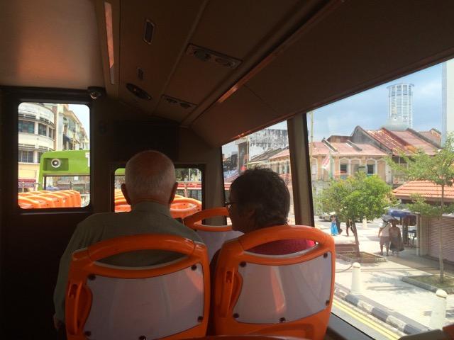 槟城双层观光巴士(PENANG HOP-ON HOP-OFF): 最美的风景在路上, 车厢里浪漫的风景-老伴并肩看世界