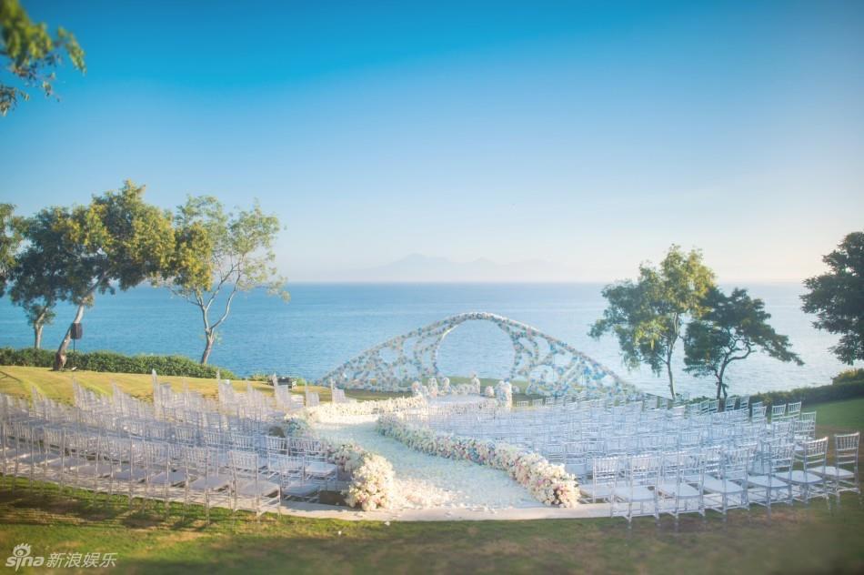 吳奇隆,劉詩詩世紀花海婚禮:在最好的時候,遇見了最好的你。 照片轉載自時新浪娛樂