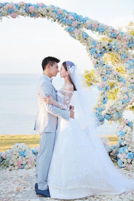 吳奇隆,劉詩詩世紀花海婚禮:在最好的時候,遇見了最好的你。 照片轉載自Marie Claire